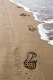 Shoeprints en la arena Imagen de archivo libre de regalías