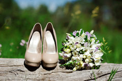 Shoes and bouquet Royalty Free Stock Photography