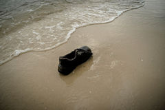 Shoes Garbage beach Royalty Free Stock Images