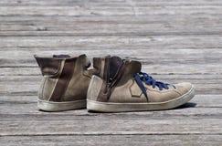 Shoes vintage. Scarpe vintage in esposizione su un vecchio molo stock photo