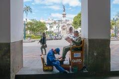Shoeshine под porticoes большого квадратного Кито стоковая фотография rf