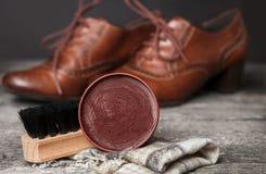 Shoeshine mit Polierausrüstung Stockfotografie