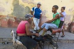 Shoeshiner在特立尼达,古巴 免版税图库摄影