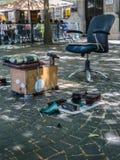 Shoeshiner-Ausrüstungen in der Straße: Stuhl, hölzerner Schemel, Bürsten und Lappen stockbilder