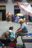 Shoeshiner på arbete i Quito, Ecuador fotografering för bildbyråer