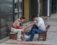 Shoeshiner som polerar skorna royaltyfria foton