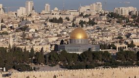 Shof moyen d'angle le dôme de la roche du mt des olives à Jérusalem banque de vidéos