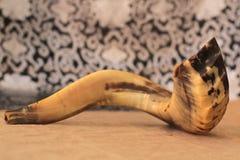 Shofar (κέρατο) στην άσπρη προσευχή talit rosh hashanah (εβραϊκές διακοπές) έννοια παραδοσιακό σύμβολο διακοπών Στοκ Εικόνες
