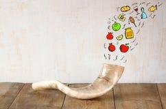 Shofar (chifre) na tabela de madeira com grupo de infographics sobre o fundo textured conceito do hashanah do rosh (feriado judai Imagens de Stock