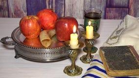 Shofar concept van de Rosh hashanah boekt het Joodse vakantie, torah, honing, appel en granaatappel traditionele vakantiesymbolen stock footage