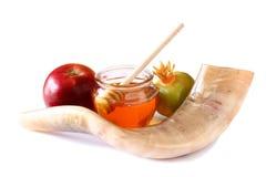Shofar (corno), miele, mela e melograno isolati su bianco concetto del hashanah del rosh (festa ebrea) simbolo tradizionale di fe Immagine Stock