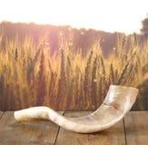 Shofar (corno) sulla tavola di legno concetto del hashanah del rosh (festa ebrea) simbolo tradizionale di festa immagini stock