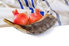 Shofar (corno), talit bianco di preghiera e melograno isolati su bianco concetto del hashanah del rosh (festa ebrea) Festa tradiz Immagine Stock