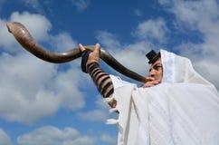 Shofar ebreo del colpo dell'uomo fotografia stock libera da diritti