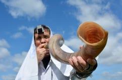 Shofar ebreo del colpo dell'uomo Fotografie Stock
