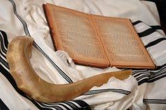 Shofar, hebräisches Buch und tallit Stockfotos