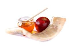 Shofar (horn), honung, äpple som isoleras på vit begrepp för roshhashanah (judisk ferie) traditionellt feriesymbol arkivfoton