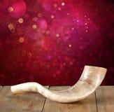 Shofar (horn) på trätabellen begrepp för roshhashanah (judisk ferie) traditionellt feriesymbol royaltyfri foto