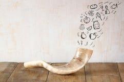 Shofar (horn) på trätabellen med uppsättningen av infographics över texturerad bakgrund begrepp för roshhashanah (judisk ferie) t royaltyfri bild