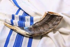 Shofar (horn) på vit böntalit Rum för text begrepp för roshhashanah (judisk ferie) traditionellt feriesymbol Arkivfoto