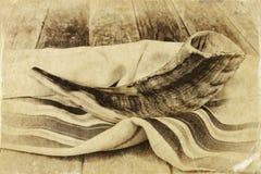 Shofar (klaxon) sur le talit blanc de prière Pièce pour le texte concept de hashanah de rosh (vacances juives) symbole traditionn images stock