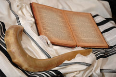 Shofar, libro hebreo y tallit fotos de archivo