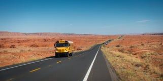 Shool buss på huvudväg 89 Arkivbild