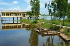 Shool vietnamita en la estación inundada Fotos de archivo