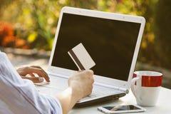 Shooping on-line με την πιστωτική κάρτα Στοκ Φωτογραφία