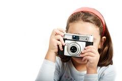 Shooting de la chica joven con una cámara vieja Imágenes de archivo libres de regalías