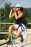 Shooting de la muchacha con la videocámara Foto de archivo libre de regalías