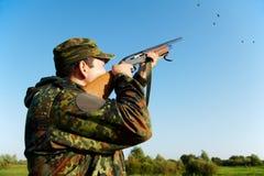 Shooting del cazador con el arma del rifle Fotografía de archivo