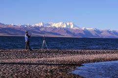 Shooting del fotógrafo en la salida del sol Fotos de archivo