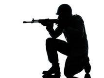 Shooting del hombre del soldado del ejército Imágenes de archivo libres de regalías