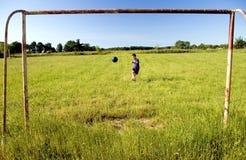 Shooting del muchacho en la meta Foto de archivo libre de regalías