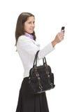 Shooting femenino con un teléfono de la cámara Fotografía de archivo