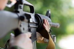 Shooting femenino del soldado con un arma Foto de archivo libre de regalías