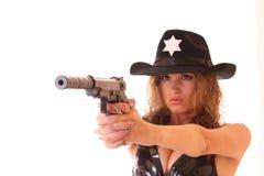 Shooting hermoso de la mujer del sheriff con el arma Imagen de archivo