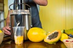 Shop assistant preparing papaya juice Royalty Free Stock Photos