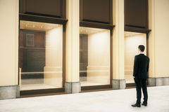 Shop außen mit Geschäftsmann Lizenzfreies Stockbild