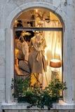 Shop-Fenster mit Mannequin Stockfotografie
