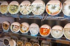 Shop-Fenster mit verschiedenen Meeresfruchtprodukten Stockbilder