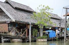 SHOP-HÄUSER IN SICH HIN- UND HERBEWEGENDEM MARKT PATTAYA THAILAND Lizenzfreie Stockfotografie