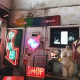 Shop mit altem Material stockfoto