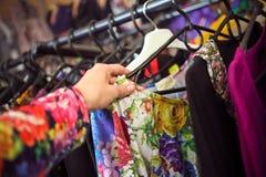 Shop mit dem unterschiedlichen Kleidungseinkaufen Stockbilder
