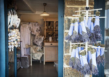 Shop mit Produkten des Lavendels Stockfotos