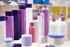 Shop ställer ut med plast- kosmetiska flaskor och schampo Royaltyfri Fotografi