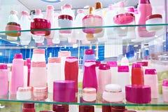 Shop ställer ut med plast- kosmetiska flaskor och schampo Royaltyfri Foto