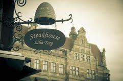 Shop undertecknar i Lilla små Torget (kvadrera), fotografering för bildbyråer