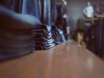Shop von Jeanskleidung Jeansmodespeicher auf einem Regal Ordentlich FO Lizenzfreie Stockfotografie